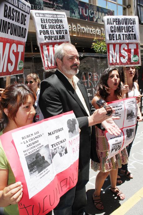 El mismo día del fallo por Marita Verón, a mediodía, el diputado Alejandro Bodart encabezó una protesta del MST ante la Casa de Tucumán en Buenos Aires.